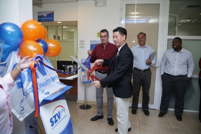 Minister Lee cutting the ribbon to launch website. (Photo contributed)