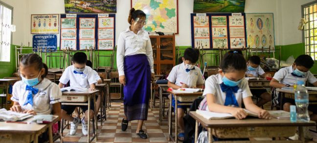 © UNICEF/Chansereypich Seng Teachers and students wear face masks and maintain physical distance at a school in Cambodia.