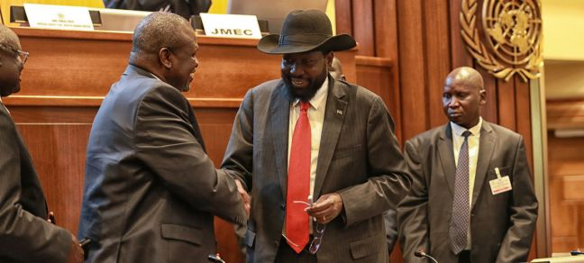 UNMISS\Nektarios Markogiannis President Salva Kiir (right) of South Sudan shakes hands with leader Riek Machar after concluding a peace deal to end the conflict in the country.