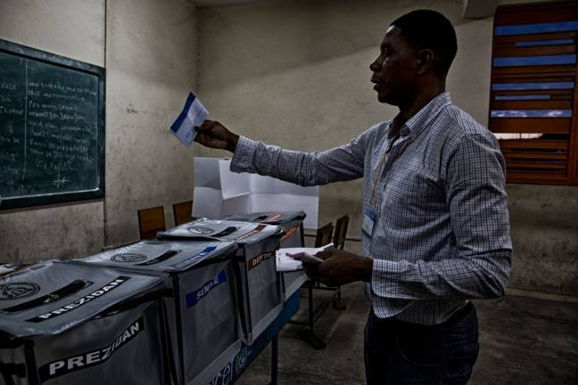 Voting in the second round for the senatorial and parliamentary elections and the first round for a new president in Haiti's capital Port au Prince, 25 October 2015. Photo: UN/MINUSTAH/Igor Rugwiza