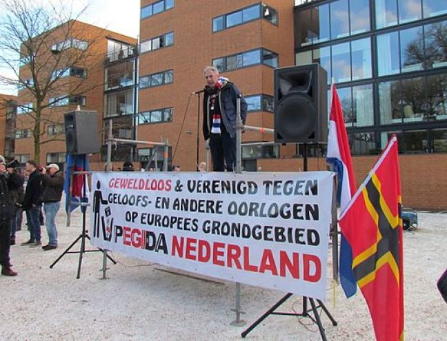 Edwin Wagensveld with the offensive banner. Photo: By Apdency (Own work) [CC0], via Wikimedia Commons