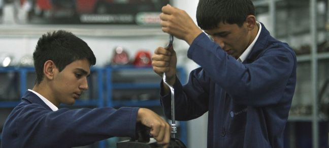 World Bank/Simone D. McCourtie Students work on an engine at Sisli Vocational High School in Istanbul, Turkey.