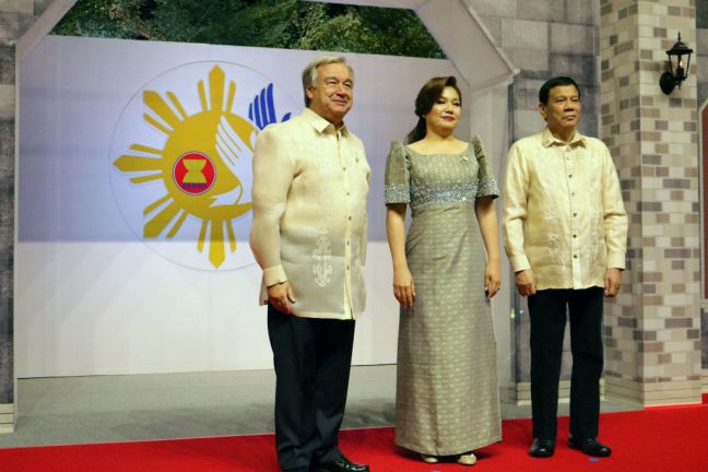 Secretary-General António Guterres welcomed by Philippine President Rodrigo Duterte and First Lady Honeylet Avancena to the 31st Association of Southeast Asian Nations (ASEAN) summit dinner on 12 November 2017. Photo: UNIC/Maria Teresa Debuque