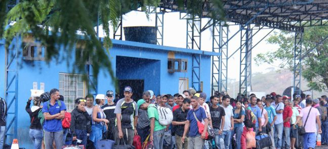 © UNHCR/Reynesson Damasceno Venezuelans arrive in Pacaraima, border city with Venezuela, and wait at the Federal Police, the entity responsible for receiving Venezuelans seeking asylum or special stay permits in Brazil, 16 February 2018.