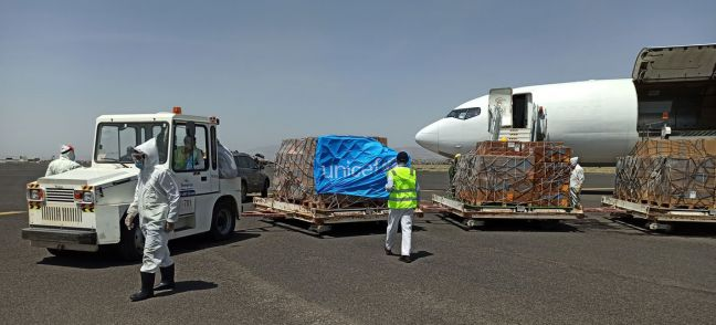 @UNICEF/102665 A UNICEF chartered plane at Sana'a airport offloading lifesaving supplies to help curb the spread of COVID-19 in conflict-hit Yemen.