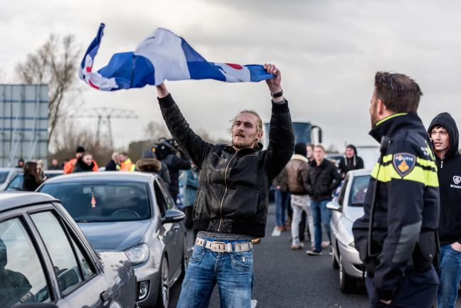A Piet supporter waves a Frisian flag during the blokkade. Photo Joris van Gennip via HH