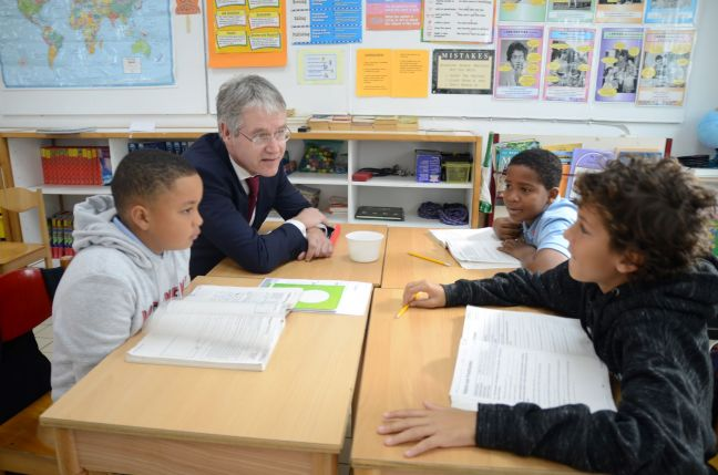 Minister Arie Slob during his visit to the Sacred Heart School on Monday morning.