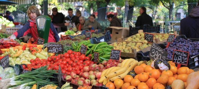 © FAO/G. Agostinucci Fruit and vegetables farmers' market in Budapest, Hungary. (file)
